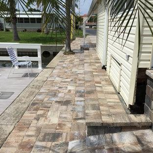 Ispirazione per un grande patio o portico stile marino dietro casa con pavimentazioni in mattoni