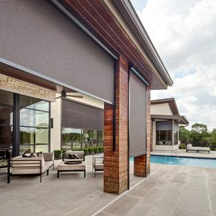 Esempio di un patio o portico minimalista