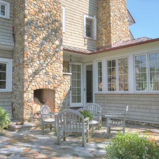 Esempio di un patio o portico vittoriano con un focolare