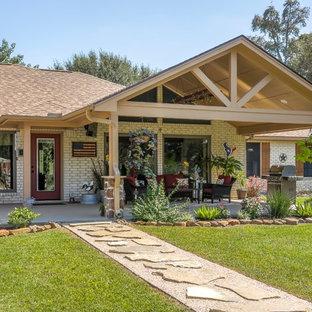 Foto di un grande patio o portico stile rurale dietro casa con pavimentazioni in pietra naturale e un tetto a sbalzo