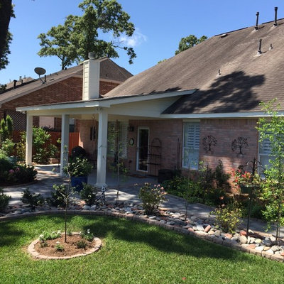 Inspiration for a mid-sized timeless backyard concrete paver patio remodel in Houston with a roof extension