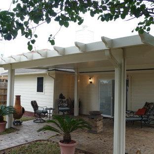 ヒューストンの小さいおしゃれな裏庭のテラス (張り出し屋根) の写真