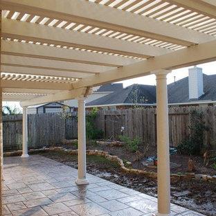 Cette photo montre une petite terrasse arrière avec une pergola.