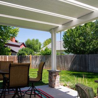 Foto di un patio o portico minimalista con un parasole