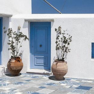 Idee per un patio o portico mediterraneo di medie dimensioni e davanti casa con piastrelle e nessuna copertura