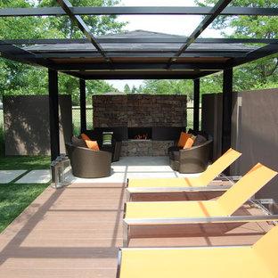 Неиссякаемый источник вдохновения для домашнего уюта: пергола во дворе частного дома в современном стиле с местом для костра