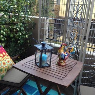 Foto di un piccolo patio o portico boho chic in cortile con un giardino in vaso e un tetto a sbalzo