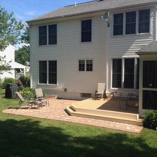 Ispirazione per un piccolo patio o portico classico dietro casa con pavimentazioni in mattoni e nessuna copertura