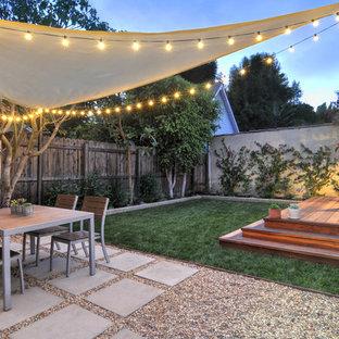 Cette image montre une terrasse arrière design avec des pavés en béton.