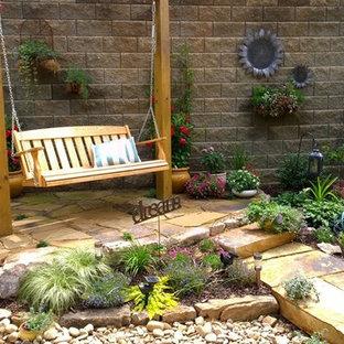 Esempio di un piccolo patio o portico country dietro casa con pavimentazioni in pietra naturale