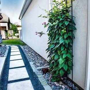 Foto de patio pequeño, en patio lateral, con adoquines de hormigón