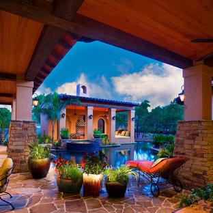 Idee per un patio o portico mediterraneo dietro casa con fontane, un gazebo o capanno e pavimentazioni in pietra naturale