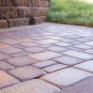 Ispirazione per un piccolo patio o portico dietro casa con pavimentazioni in cemento
