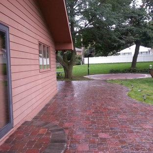 Immagine di un patio o portico stile rurale di medie dimensioni e nel cortile laterale con pavimentazioni in mattoni