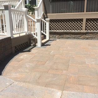 Immagine di un patio o portico stile rurale di medie dimensioni e dietro casa con pavimentazioni in cemento e nessuna copertura