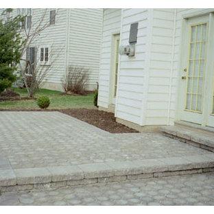 Immagine di un patio o portico contemporaneo di medie dimensioni e dietro casa con pavimentazioni in cemento