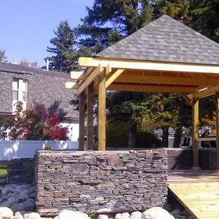 Foto di un patio o portico chic di medie dimensioni e in cortile con pavimentazioni in pietra naturale e un gazebo o capanno