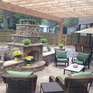 Esempio di un grande patio o portico chic dietro casa con una pergola e pavimentazioni in pietra naturale