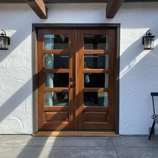 Immagine di un patio o portico shabby-chic style di medie dimensioni e dietro casa con cemento stampato e una pergola