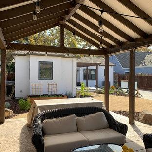 Ispirazione per un patio o portico shabby-chic style di medie dimensioni e dietro casa con cemento stampato e una pergola