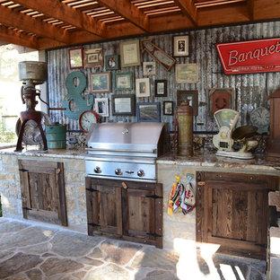 Exemple d'une terrasse avec une cuisine extérieure arrière romantique de taille moyenne avec une dalle de béton et une pergola.