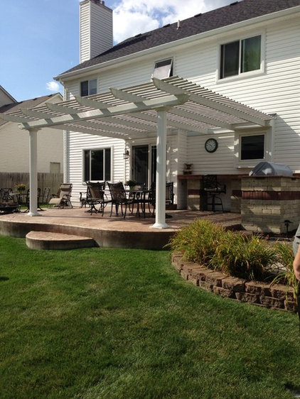 Farmhouse Patio by MaxHome