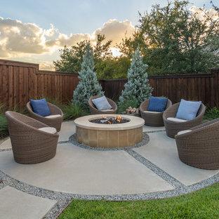 Modelo de patio clásico renovado, grande, sin cubierta, en patio trasero, con brasero y losas de hormigón