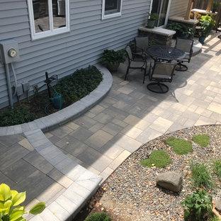 Immagine di un ampio patio o portico boho chic dietro casa con pavimentazioni in mattoni e una pergola