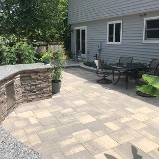 Immagine di un ampio patio o portico bohémian dietro casa con pavimentazioni in mattoni e una pergola