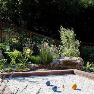 Foto di un ampio patio o portico country dietro casa con lastre di cemento e nessuna copertura
