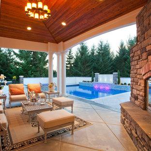Cette photo montre une terrasse chic avec un foyer extérieur.