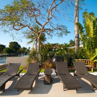 Свежая идея для дизайна: дворик в морском стиле с фонтаном - отличное фото интерьера