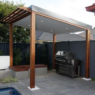 Immagine di un patio o portico minimalista con un gazebo o capanno