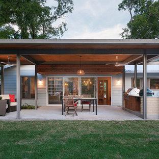 Esempio di un patio o portico industriale di medie dimensioni e dietro casa con lastre di cemento e una pergola