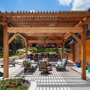 Diseño de patio clásico renovado, extra grande, en patio trasero, con jardín de macetas y cenador