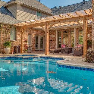 Foto di un patio o portico chic di medie dimensioni e dietro casa con una pergola