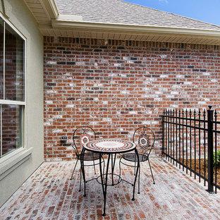 На фото: дворики на внутреннем дворе в стиле шебби-шик с мощением клинкерной брусчаткой без защиты от солнца