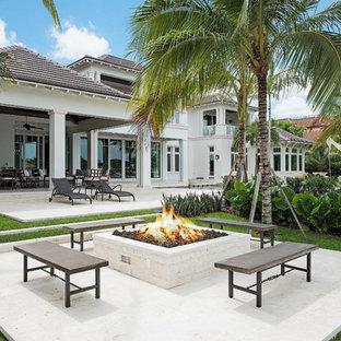 Esempio di un patio o portico etnico con un focolare e pavimentazioni in pietra naturale