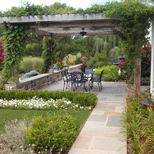 Ispirazione per un patio o portico tradizionale con una pergola