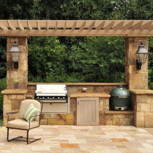 Свежая идея для дизайна: пергола во дворе частного дома среднего размера на заднем дворе в средиземноморском стиле с летней кухней и покрытием из декоративного бетона - отличное фото интерьера