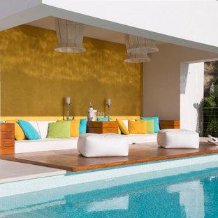 Modelo de patio contemporáneo, en anexo de casas, con entablado