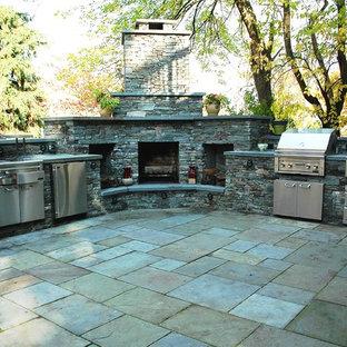 Foto di un grande patio o portico minimal dietro casa con cemento stampato e un tetto a sbalzo