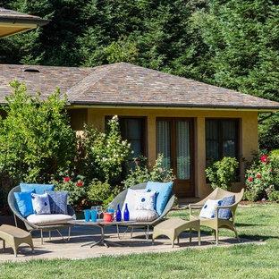 Foto di un ampio patio o portico eclettico dietro casa con pavimentazioni in pietra naturale e nessuna copertura