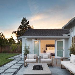 Ispirazione per un patio o portico country di medie dimensioni con piastrelle e nessuna copertura