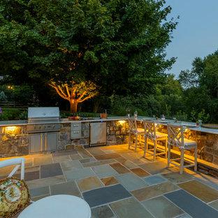 Mittelgroßer, Unbedeckter Klassischer Patio hinter dem Haus mit Outdoor-Küche und Natursteinplatten in Washington, D.C.