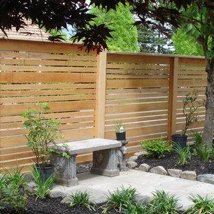 Immagine di un patio o portico etnico di medie dimensioni e dietro casa con un giardino in vaso, pavimentazioni in pietra naturale e nessuna copertura
