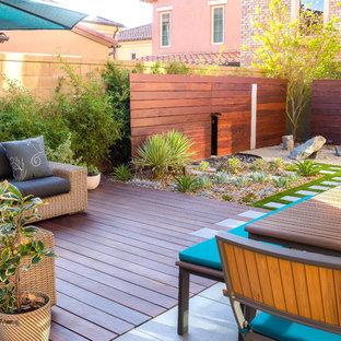 Ispirazione per un patio o portico moderno di medie dimensioni e dietro casa con pavimentazioni in cemento