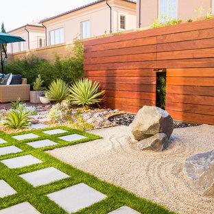 Immagine di un patio o portico minimalista di medie dimensioni e dietro casa con pavimentazioni in cemento