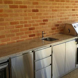 Idée de décoration pour une grande terrasse avec une cuisine extérieure arrière urbaine avec aucune couverture.