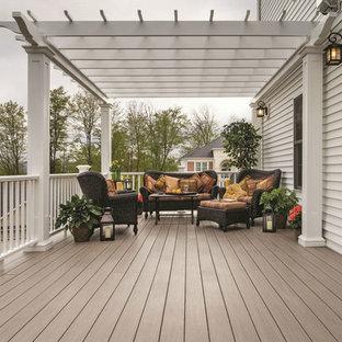 Immagine di un patio o portico classico di medie dimensioni e dietro casa con pedane e una pergola